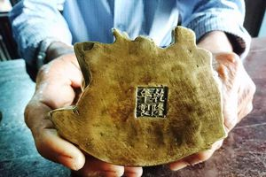 Đào nền nhà trăm tuổi ở Huế, phát hiện đồ đồng nghi cổ vật