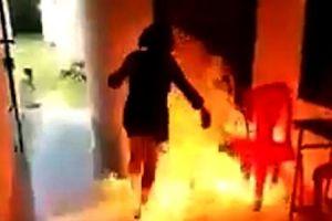 Ghen tuông vô cớ, phóng hỏa bất thành liền vác dao chém vợ