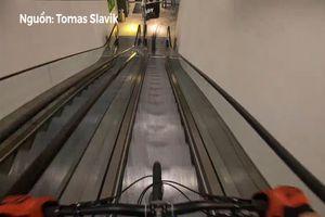 Thót tim với màn đạp xe vượt trung tâm mua sắm