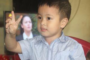 Bé 3 tuổi 'nghiện' hát karaoke, bất ngờ đọc thạo