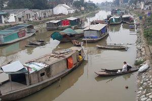Cuộc sống thiếu thốn nơi xóm chài nghèo giữa lòng phố
