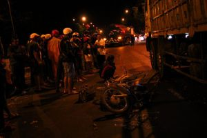 Va chạm xe máy vì chạy ngược chiều trong đêm, người đàn ông bị xe tải cán tử vong