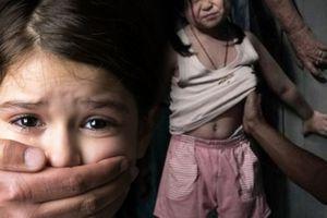 Gã hàng xóm cưỡng hiếp bé gái 6 tuổi bị bắt tại trận