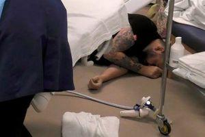 Chồng ngất xỉu sau 10 tiếng đứng nhìn vợ đau đẻ quằn quại