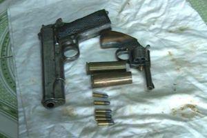 Triệt phá tụ điểm buôn bán ma túy, thu giữ 2 súng quân dụng