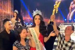 Bố Hương Giang Idol tự hào giơ cao cúp Hoa hậu chuyển giới quốc tế của con gái