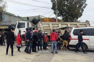 Chở gạo đi bán, người phụ nữ bị xe tải cán tử vong
