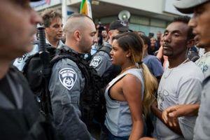Hàng trăm người tuần hành ủng hộ người nhập cư ở Tel Aviv