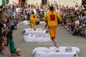 Ăn tro cốt người chết, ném trẻ sơ sinh hay những phong tục kỳ lạ nhất thế giới