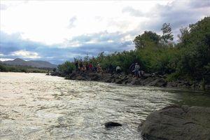 Tìm kiếm 3 học sinh mất tích nghi do tắm sông