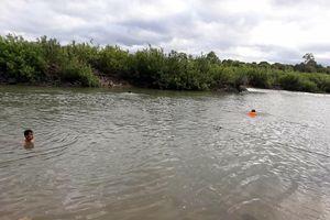 Ba học sinh mất tích trên sông Ba