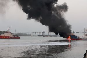 Tàu dầu tải trọng 3.000 tấn phát nổ, bốc cháy dữ dội