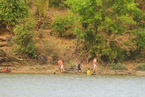 Tìm thấy 2 thi thể trong số 3 học sinh mất tích khi tắm sông