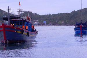 Đưa hai tàu cá của ngư dân bị thả trôi giữa biển vào bờ an toàn