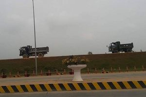 Tam Nông, Phú Thọ: Xe tải trọng lớn 'vô tư' chạy phá đường đê
