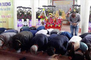 Người Hàn Quốc cúi đầu tạ lỗi nhân dân Hà My: 'Chúng tôi sẽ không quên'