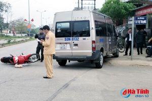 Tin tức tai nạn giao thông nóng nhất 24h: Va chạm với xe ô tô, 2 mẹ con nguy kịch