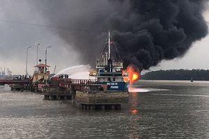 Giải cứu tàu dầu 2.000 tấn bất ngờ bốc cháy khi cập cảng Hải Phòng