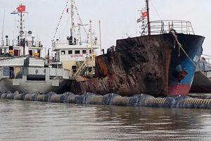 Lai dắt tàu cháy về khu an toàn, không để xăng dầu tràn