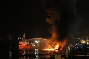 Gần 200 cán bộ, chiến sĩ Hải đoàn 128 Hải quân tham gia chữa cháy tàu Hải Hà 18