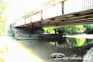 Xây cầu, thông đường bộ tắc đường thủy