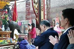 Cán bộ bỏ nhiệm sở đi lễ chùa: Công bộc của dân sao tùy tiện bỏ làm?