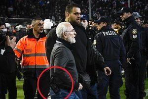 Đội nhà bị từ chối bàn thắng, chủ tịch mang súng vào sân tìm trọng tài