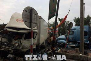 Xe container nổ lốp, tông xe tải ngược chiều tại Thừa Thiên - Huế