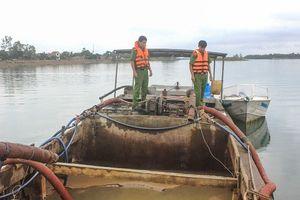 Chặn đứng 4 thuyền 'rút ruột' cát, sỏi trên sông Hương