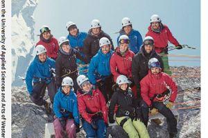 Đu dây chụp ảnh kỷ yếu trên vách núi cao 2.400 m