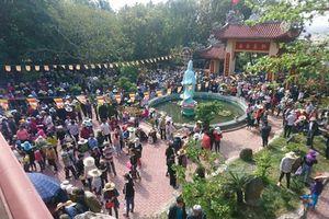 Biển người đổ về cầu duyên trong lễ hội chùa Ông Núi ở Bình Định