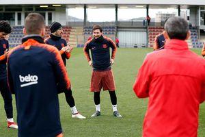 Messi được các đồng đội Barca chúc mừng vì 'thành tích' lên chức bố lần thứ 3