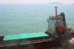 Cảnh 'xẻ thịt' tàu chở người Trung Quốc bị sóng đánh nát vụn đầu