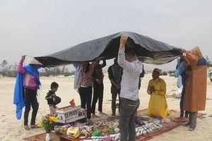 Người đàn ông làm tàu giấy cúng 64 liệt sỹ Gạc Ma trước biển