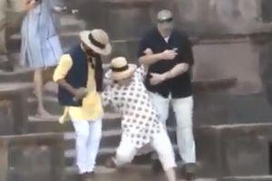 Hai cú trượt chân 'hoảng hồn' của bà Clinton ở Ấn Độ