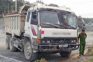 Đang đánh bài bị xe tải không người lái tông, 1 người chết, 2 người bị thương