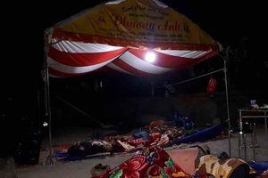 Dân chặn xe, che bạt ngủ ngoài đường do trại heo gây ô nhiễm