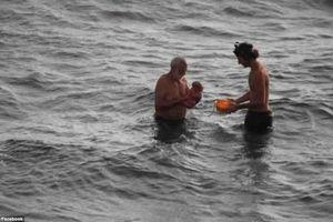Một phụ nữ Nga bơi ra Biển Đỏ sinh con dưới nước