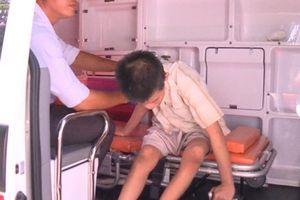 Một bé trai khuyết tật nghi bị mẹ ruột ngược đãi