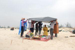 Gia đình liệt sĩ đội mưa làm mâm giỗ 64 liệt sĩ Gạc Ma