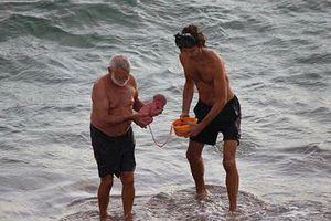 Bất ngờ 'đẻ rơi' con khi ngâm mình dưới Biển Đỏ