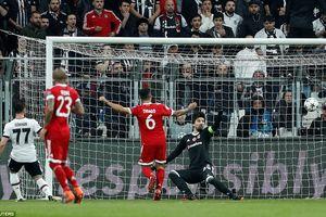 Bayern Munich hiên ngang vào tứ kết trong trận đấu gián đoạn vì… mèo