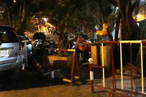 Xe ô tô đỗ tràn xuống lòng đường vào ban đêm