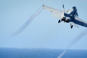 Phi công Mỹ liều mình thoát khỏi F18 đang bốc cháy