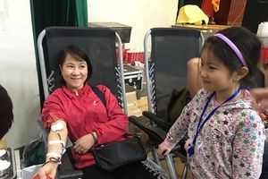 Cùng con đi hiến máu