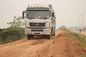 Phú Thọ: Trốn trạm BOT, tài xế cày nát tuyến đê xung yếu sông Hồng