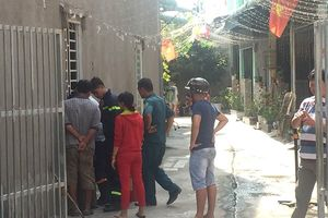 Người đàn ông ôm bình gas cố thủ trong nhà đòi gặp vợ