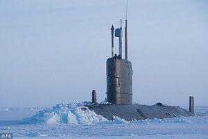 Mục kích tàu ngầm Anh chọc thủng băng, ngoi lên ở Bắc Cực