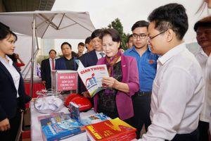 Hội Báo toàn quốc 2018:Chủ tịch QH Nguyễn Thị Kim Ngân đọc Tạp chí GTVT