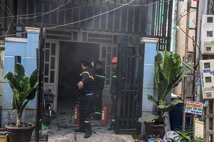 Bình Dương: Thanh niên đổ xăng lên người, ôm bình gas cố thủ đòi gặp vợ